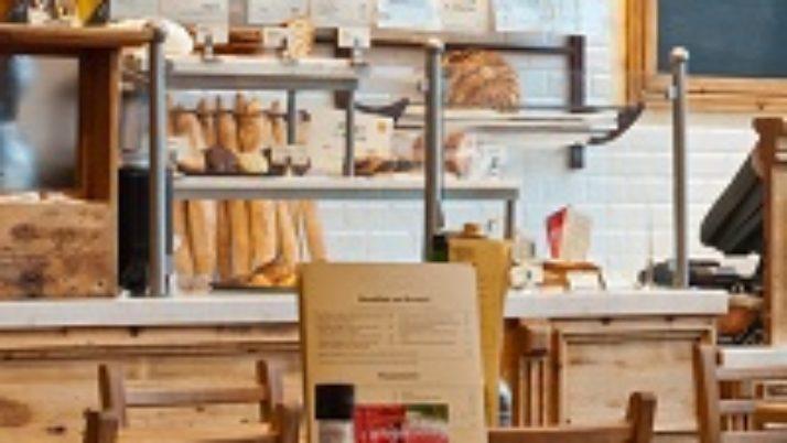 При реализации хлебобулочных изделий можно применять ЕНВД, если организовано место для их потребления